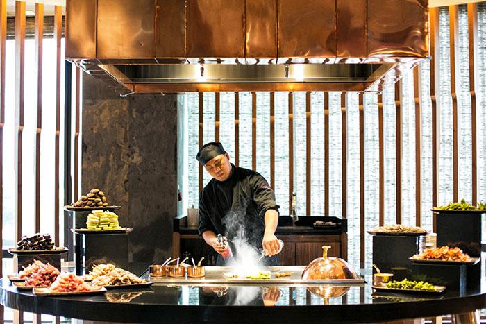 02.Fresh seafood prepared Teppanyaki-style