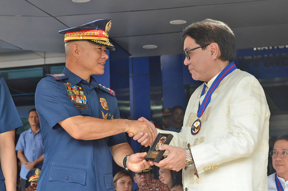 BAVI president and general manager Ronald Mascariñas receives a token of appreciation from PNP Chief General Oscar Albayalde for supporting a program that will provide new Philippine flags to 3,000 police precincts nationwide. (photo courtesy of Alfonso Padilla)