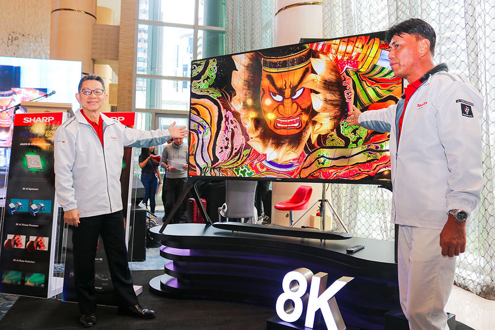 Mr. Yoshihiro Hashimoto together with mr. Kazuo Kito presenting the AQUOS 8K TV under the Entertainment Solution copy