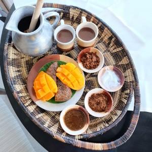 Fresh mangoes and biko served with sikwate