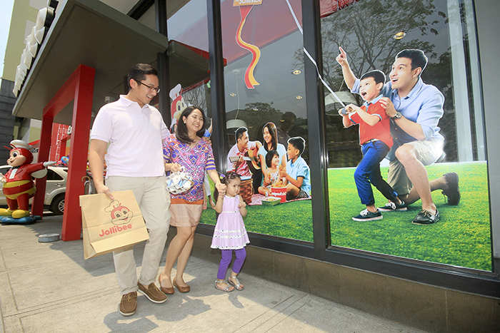 "Summer is more fun at Jollibee with langhap-sarap food, exciting decals of ""Filipino Summer"", and spending it with the family."
