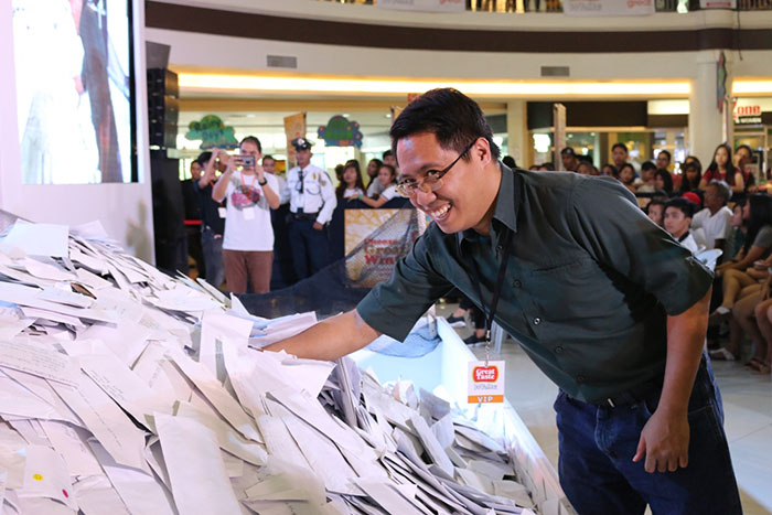 Taken during the third regional draw in Dagupan City, Universal Robina Corporation (URC) Powdered Beverages Category Sales Manager Jacob Pajarito draws the entry for the P200,000 cash prize.