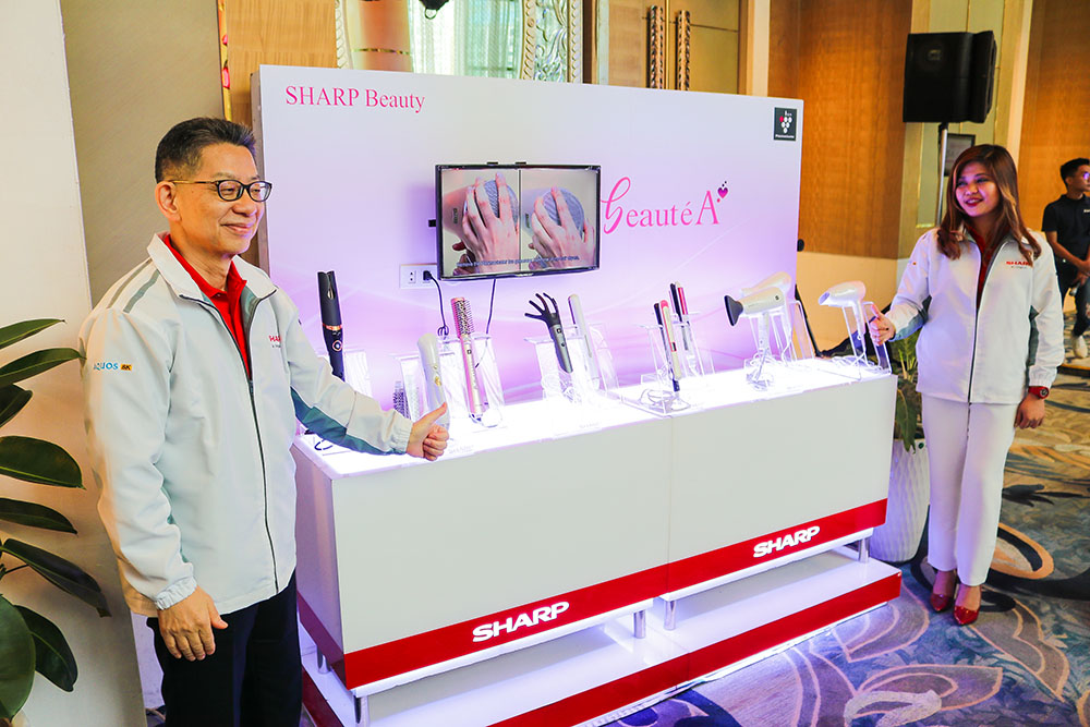 Mr. Yoshihiro Hashimoto together with mr. Kazuo Kito presenting the Beauty Solution products copy