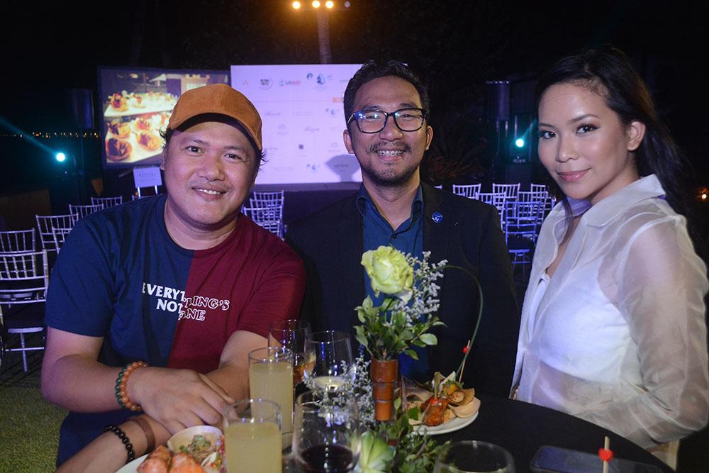 Orange magazine's Jemman Villanueva, Novotel Manila Araneta Center's Nonito Cuizon, and Raiza Poquiz