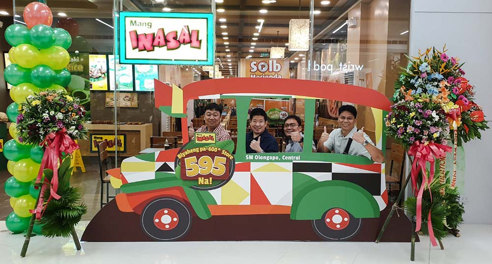 Mang Inasal Olongapo store franchisee Eugene Y. Go (left) with special guests Richard Antonio, John Michael Javelosa, and Gilbert Chua.