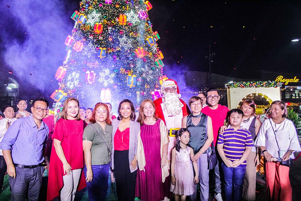 Ever Mall Christmas lighting opening ceremony. (From L to R) Ronelo Alvarez, Chie Arao-Santos, Evelyn Go, The Queen of Soul Jaya, Cynthia T. Dizon, Nenita Go-Lim, Joshua Aragon, Lourdes Go-Ortiga and Dolly Eloriaga.