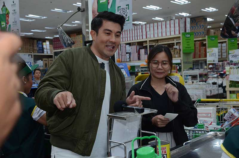 Celebrity endorser Luis Manzano surprises lucky shoppers at the mobile app launch copy