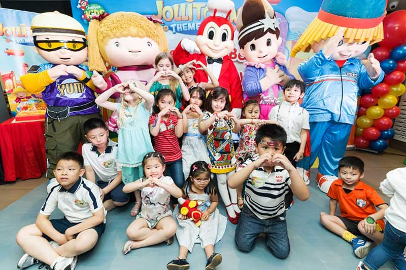 Scarlet Snow celebrates a jolly 5th birthday with her favorite friends.