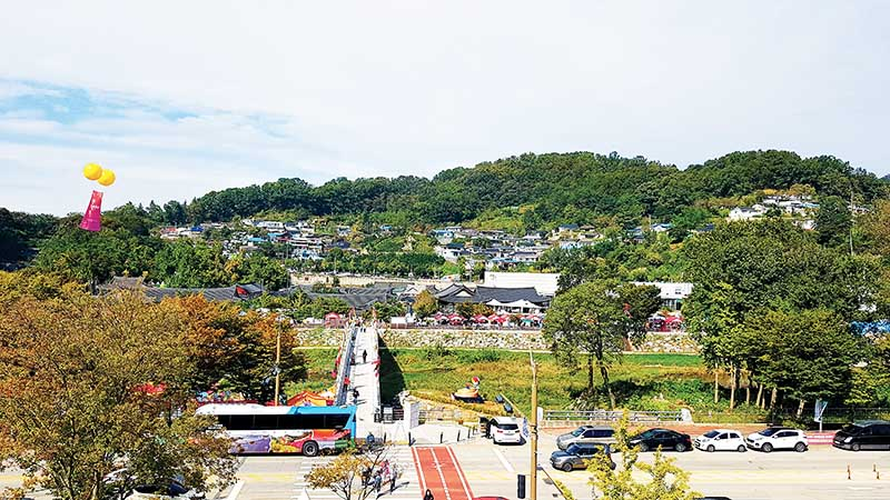 The festival is held at the Jeonju Hanok Village, by the river copy